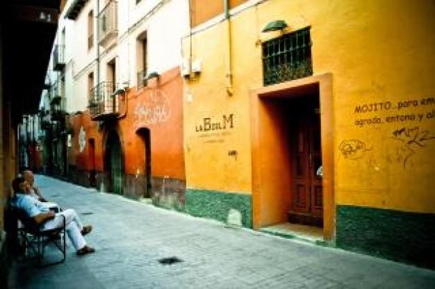 calle-de-colorido-espanol_19-132650