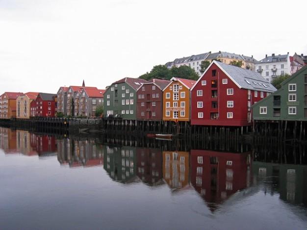 edificios-de-los-canales-de-navegacion-noruega-del-canal-canales_121-69353